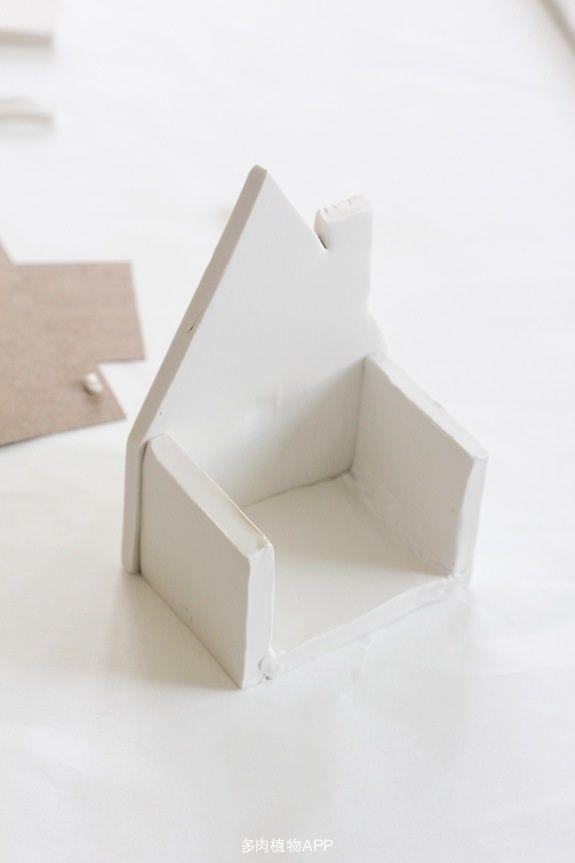 今天为大家整理出一篇用粘土为多肉植物制作一个精美的小房子花盆步骤图解,有创意的人们别错过哦!喜欢的话现在就来看看DIY创意带给每个人的快乐吧。非创意,不生活,希望每一个达人都能发挥你的想象,改造生活里的小清新......